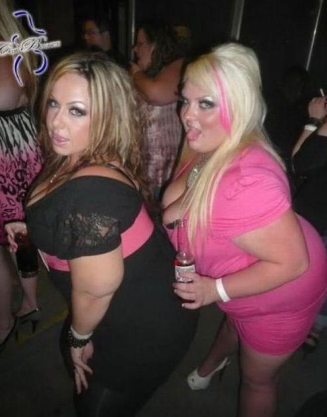 блондиночка массажирует фото жирных пьяных баб подошла