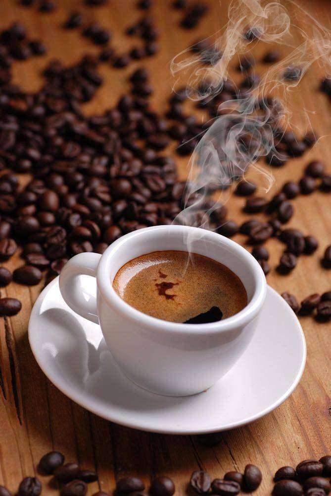чашка кофе с зернами