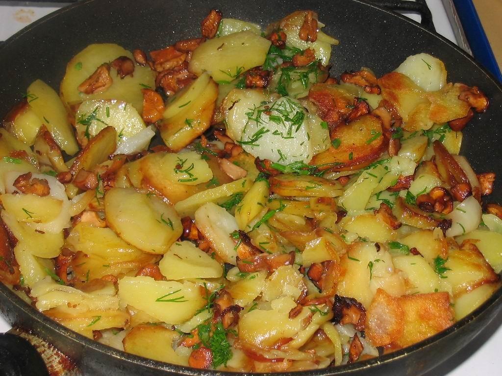 грибы жареные с беконом и зеленым луком